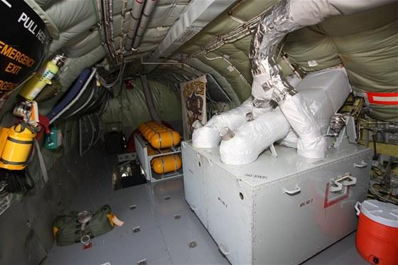 Zadní část nákladního prostoru obsahuje pomocný energetický zdroj APU