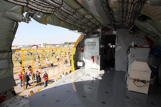 Otvor dveří nákladního prostoru je hned za pilotní kabinou
