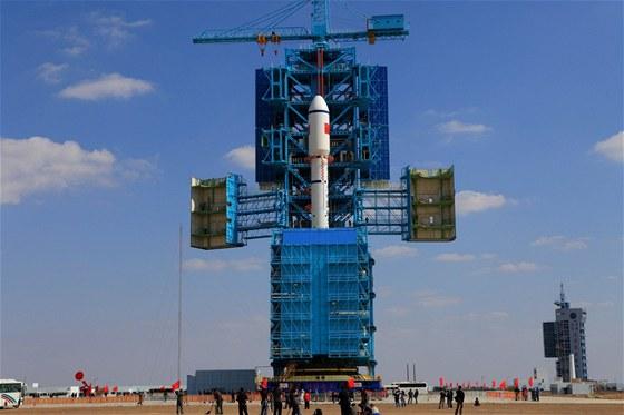 Čínská raketa Dlouhý pochod je připravena na start s osmitunovým modulem