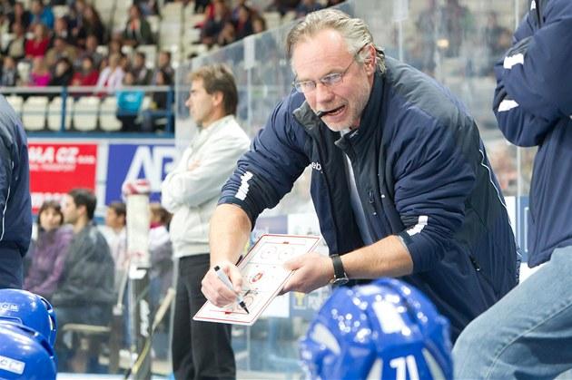 Trenér kladenských hokejist� Zden�k Vojta udílí na st�ída�ce pokyny svým