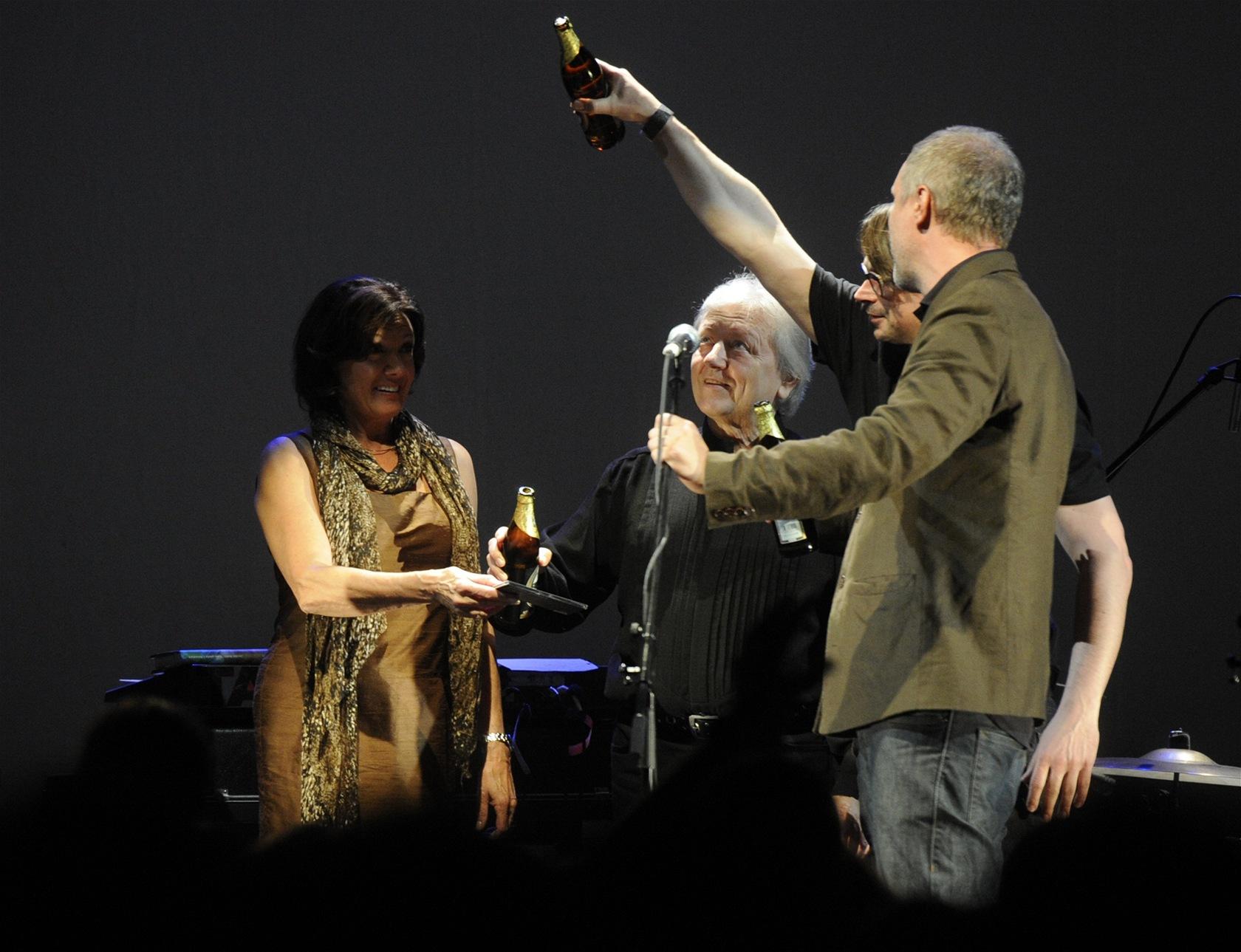 Marie Rottrová, Václav Neckář, Jaroslav Rudiš a Jaromír 99 křtí soundtrack k filmu Alois Nebel (Praha, 23. září 2011).