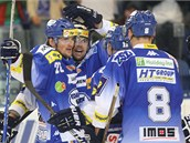 Hokejisté Komety se radují z gólu.
