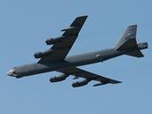 Americký bombardér B-52 startuje z mošnovského letiště