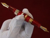 Pero Jung Alchemy je pokryto zlatem a bílým zlatem a zdobeno diamanty. Cena je