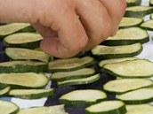 Kolečka cukety rozložte na utěrku a osušte.