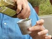Formičky vytřete olivovým olejem.