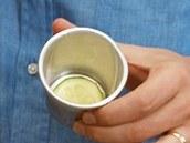 Dno formičky vyložte plátkem cukety.