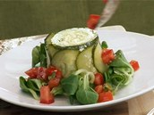 Přidejte rajčatový salát v podobě úhledných kostiček.