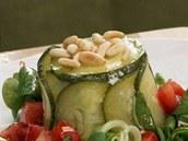 Navrch dortík posypte piniovými oříšky.