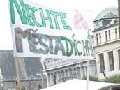 Demonstrace proti kácení stromů na náměstí Republiky v Pardubicích