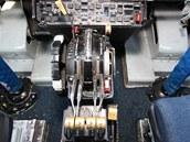 Ovladání tahu čtyř motorů. Z opotřebení je zřejmé, že kapitánova ruky zde