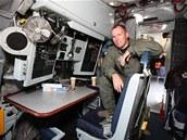 Pracovišti navigátora dominuje reproduktor intercomu a zařízení