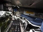 Operátor tankování pracuje v leže, část přístrojů sleduje v zrcadle. Vedle se