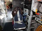 Křeslo operátora tankování. V pravo klika zavírání dveří posádky.