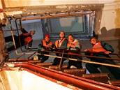 Na schodišti do věže vily Union pózují klienti diecézní charity, kteří pomáhají