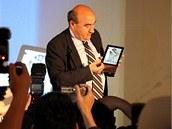 Šéf Aceru Gianfranco Lanci ukazuje prototyp tabletu