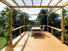 Spojení se zahradou zprostředkovává dřevěná terasa.