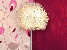 Lampičky na nočním stolku pocházejí z výprodeje. Jedna vyšla přibližně na 400