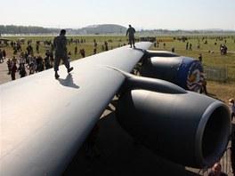 Pohled ze dveří nákladního prostoru na motory a křídlo. Ochranka letadla