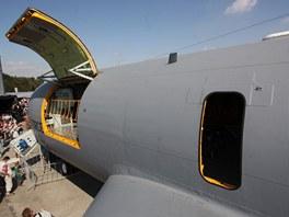 V trupu létajícího tankeru nejsou boční okénka,ale pouze evakuační otvory pro