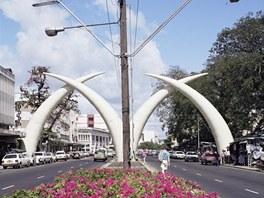 Sloni kly nad ulicí Moi Avenue jsou jednou z nejznámějších dominant Mombasy.