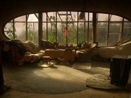 Z útulného obývacího pokoje je výhled přes skleník na okolní lesy.