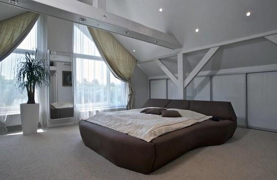 Podkrovní prostor je vyčleněn pro ložnici majitelů. Kromě jiných ploch nabídl