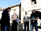 Kastelán Tomáš Hartman (vpravo) diskutuje s úředníky při kontrolním dnu na