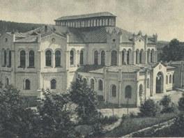 Jízdárna na historické pohlednici z 30. let minulého století.