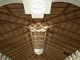 Nad hlavní halou o rozměrech 20 x 40 metrů se klene unikátní krov se skleněným