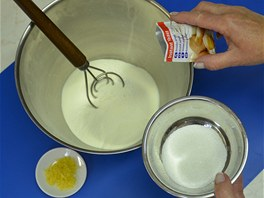 Nejprve smíchejte všechny sypké ingredience, tedy mouku s cukrem a sušeným