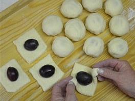Nakonec každý kousek v dlaních pečlivě zabalte a upravte do tvaru koule.