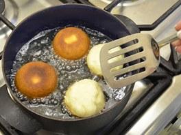 Koblížky smažte po obou stranách dozlatova ve vysoké vrstvě rozpáleného oleje.