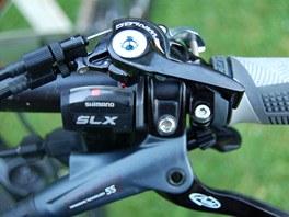 """Scott Spark 29 a ovládání obou tlumičů z říditek """"Twinloc""""."""