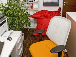 Živé barvy nechybí ani v pracovně. Základ však tvoří bílá barva nábytku a tmavá