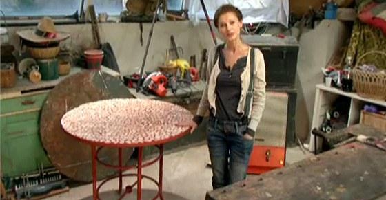 Hotový stolek s nově natřenýma nohama a mozaikou obloženou deskou.