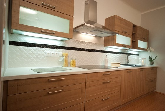 Kuchyňská linka má jen jednoduché prolisy.