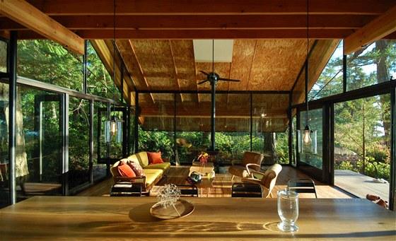 Díky obrovským proskleným plochám si připadáte jako byste žili přímo v lese.