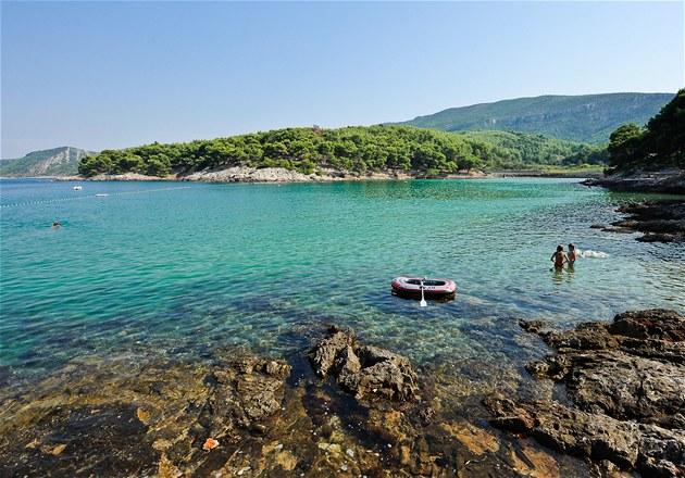 Zátoka Mina u m�ste�ka Jelsa pat�í k nejlep�ím koupáním pro d�ti v Chorvatsku.