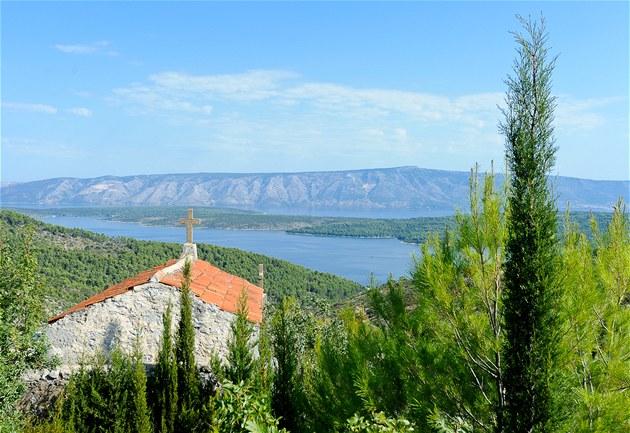 Pohled na mo�e a sousední ostrov Bra� ze staré silnice vedoucí do Hvaru