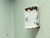 Protože se čidlo dává většinou do rohu místnosti, je nosná deska tvarovaní pod