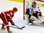 Centr Detroitu Red Wings Jiří Hudler střílí branku gólmanovi Ottawy. Craig
