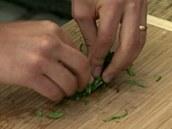 Z bylinek uválejte pevný smotek, aby se daly dobře nakrájet nadrobno.
