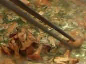 Pár větších kousků lišek si vytahejte na talířek.