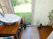 Dřevěná je dokonce podlaha ve sprchovém koutu.