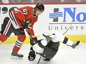Michael Frolik (v �erven�m) z Chicaga Blackhawks si polo�il Krise Letanga z