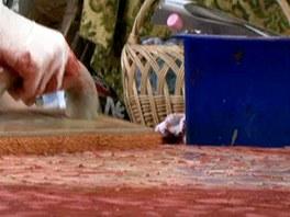 Houbou očistěte obklad od přebytečné spárovačky.
