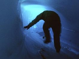 Menší ledovcová jeskyně, akorát aby jí šlo projít.