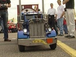 Dálkově řízený model klasického amerického trucku značky Peterbilt se dvěma