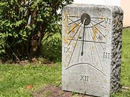 Hodiny jako součást opracovaného kamene